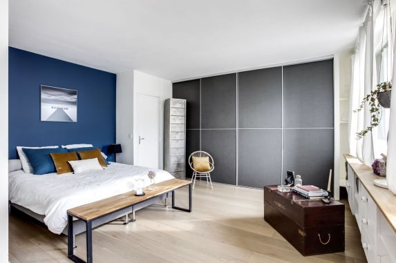 chambre-avec-tete-de-lit-bleue-dressing-sur-mesure-malle-en-bois-banc_5856889.jpg