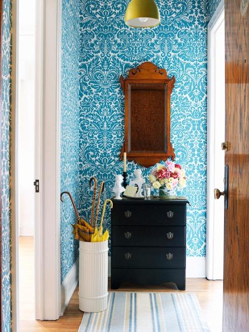 den-eingangsbereich-perfekt-einrichten-floral-gemusterte-tapeten.jpg